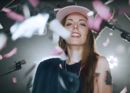 Hannah Diamond no videoclipe de